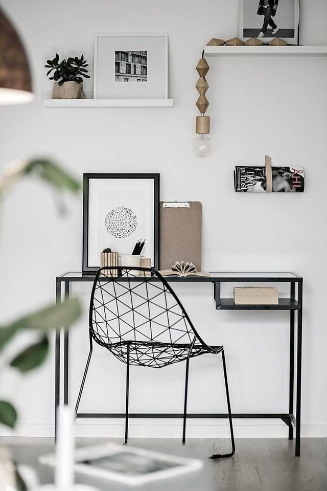 Few details and more sober colors make up this minimalist office.
