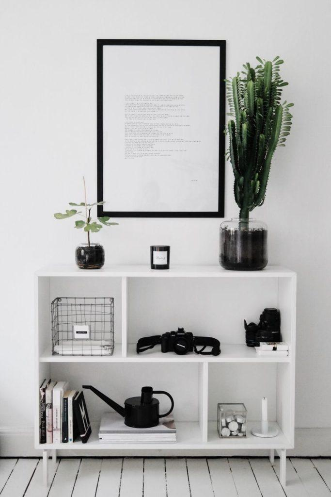 Minimalism: few elements and few colors in furniture, painting, walls and objects.